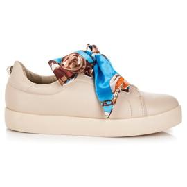 Kengät, jotka on sidottu VICES-nauhaan ruskea