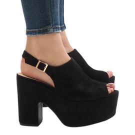 Musta sandaalit massiivisella 8263CA-tiilillä