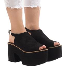Musta sandaalit massiivisessa B8290-tiilissä