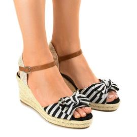 Musta kiila sandaalit, joissa on W032-keula