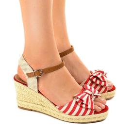 Punainen kiila sandaalit, joissa on W032-keula
