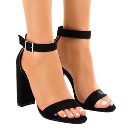 Musta sandaalit postissa, jossa solki 369-18