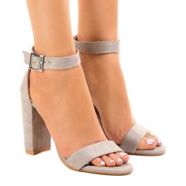 Harmaat sandaalit postissa, jossa solki 369-18