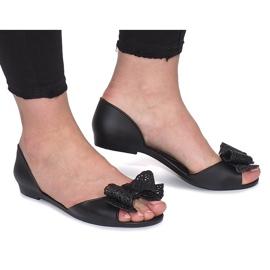 Musta meliski sandaalit Delmarin keulalla