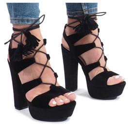 Musta sandaalit One Love -villourilla