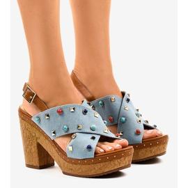 Sininen sandaalit alustalla 1669
